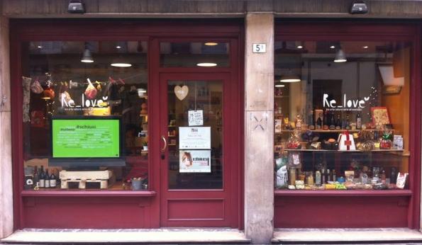 La vetrina del negozio Re_love in via Bixio a Parma con la Tag Cloud Live che ridisegna la vetrina rendendola interattiva